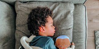 Schläfst du bei mir?Wenn das Einschlummern nicht gelingen will, können Geräusche und Gerüche, welche an die Eltern erinnern, für Ruhe und Geborgenheit sorgen.
