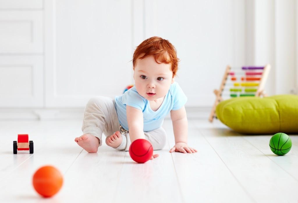 Konzentriert gespielt:  Kinder können sich herrlich lange mit den einfachsten Spielsachen beschäftigen. Denn selbst unscheinbare Dinge wie ein Ball stellen für die Jüngsten beachtliche Herausforderungen dar. - Foto: Olesia Bilkei/AdobeStock