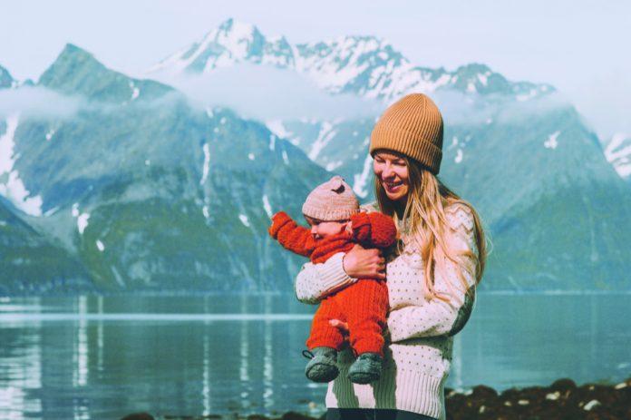 Um auch im Winter unterwegs sein zu können zahlt sich ein Fußsack oder Fell schnell aus. - Foto: EVERST/AdobeStock