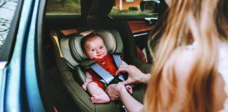 Ein wichtiger Bestandteil der Babyerstausstattung ist ein sicherer Autokindersitz mit Isofix, I-Size und Co. - Foto: EVERST/AdobeStock