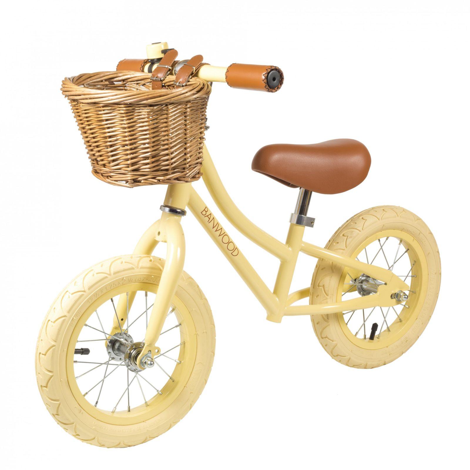 Die auffälligen Laufräder im coolen Vintage-Look von Banwood sind der Star auf dem Spielplatz – zum Beispiel im All-Over-Look in zartem Hellgelb gehalten. Ab 149 Euro. www.banwood.com