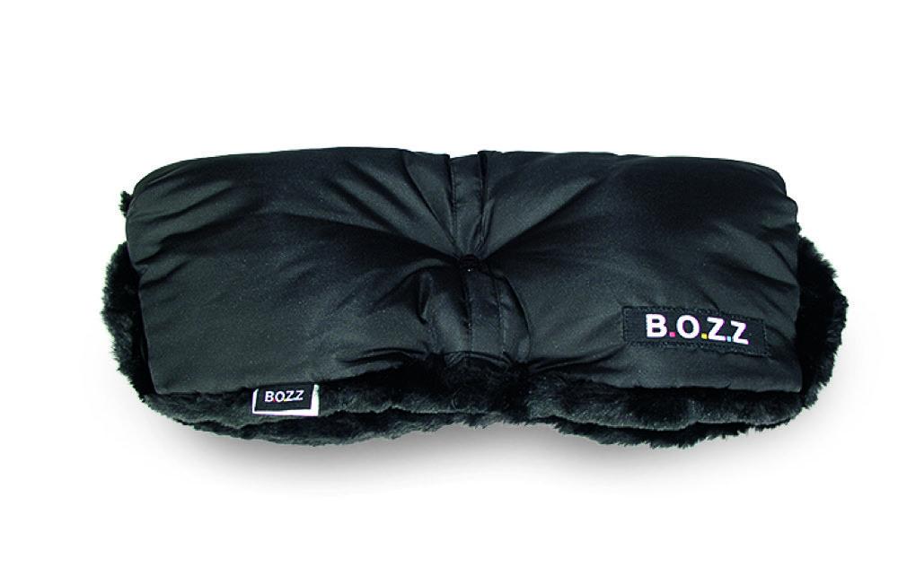 Mit einem kuscheligen Handmuff wie von B.O.Z.Z bleiben auch bei langen Winterspaziergängen die Hände schön warm. Ab 34 Euro. www.segr.se
