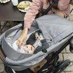 Von Anfang an: Im Kinderwagen, wie im Smile III von Britax Römer, lässt es sich aushalten. Wichtig ist am Anfang die Nutzung einer Babywanne für eine ergonomische Entwicklung des Rückens des Babys.