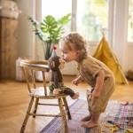 """Als Teil der Kollektion """"Affentheater"""" von Coppenrath ist der kleine Baumkletterer nicht nur süß anzusehen. In seinen Händen stecken gar Magnete, wodurch Kinder seine Arme öffnen und schließen können, ca. 24,95 Euro www.coppenrath.de"""