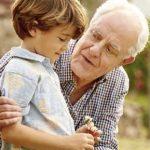Die Betreuung kleiner Kinder ist trotz Kitahilfe eine ständige Herausforderung für berufstätige Eltern. Die Großeltern können hier eine Riesenhilfe sein! - Foto: Getty Images/Room RF