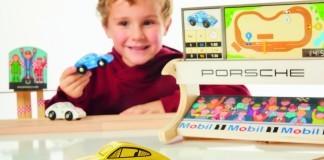 Ob klassisch aus Holz wie bei Eichhorn, aus Kunststoff, mit High-Tech-Features oder klassisch: Fast alle Kinder lieben Autos!