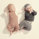 Spielende Babys in gestreifter Babymode aus der SS20-Kollektion von Noppies.