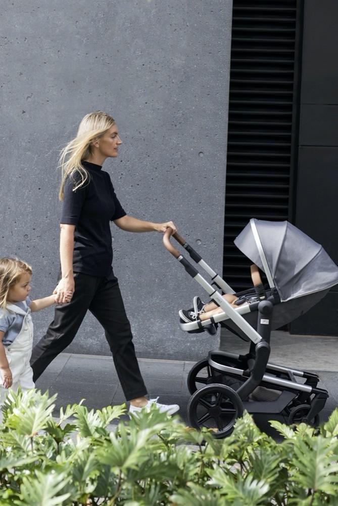 Locker geschoben: Der Day+ ist der perfekte Begleiter für junge, aktive Eltern mit einem minimalistischen Stil.