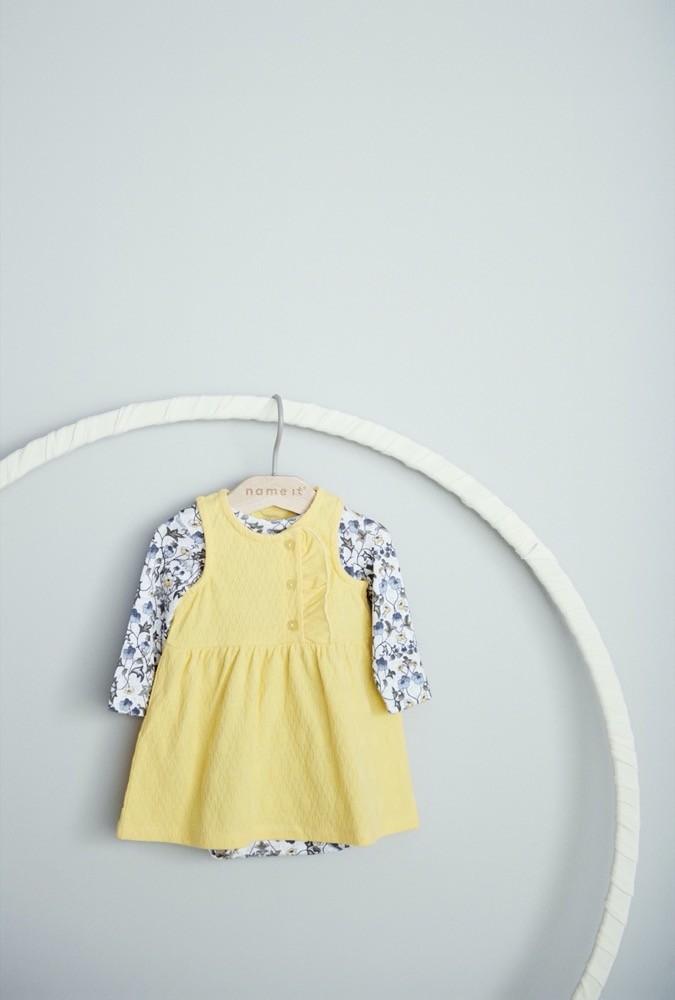 Das blau-geblümte Shirt kombiniert Name it mit einem sommerlichen Kleid in einem frischen Gelbton.