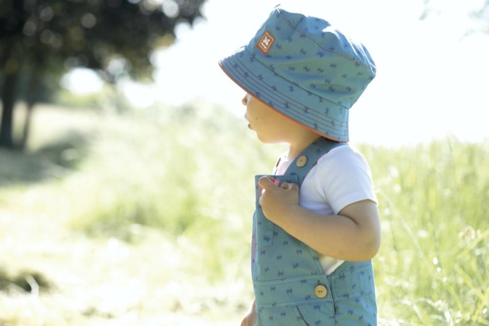 Auch kleine Krebse auf Hut und Latzhose lassen einen bei der Kollektion von Pure Pure by Bauer an die See denken.
