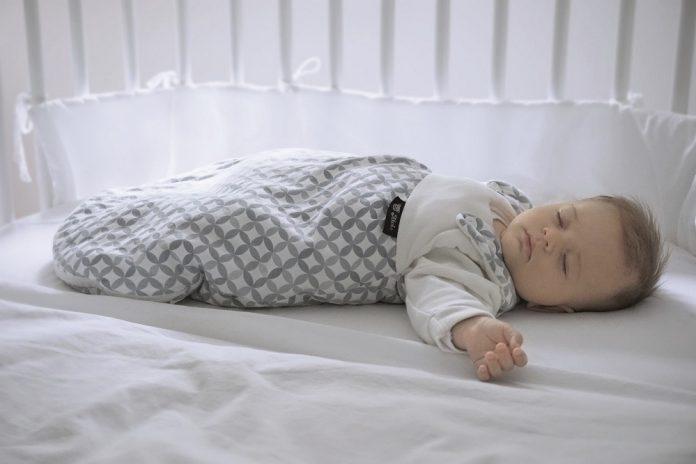 Alvi zeigt, wie ein Babybett aussehen sollte: Keine Decken, Kissen, Kuscheltiere!
