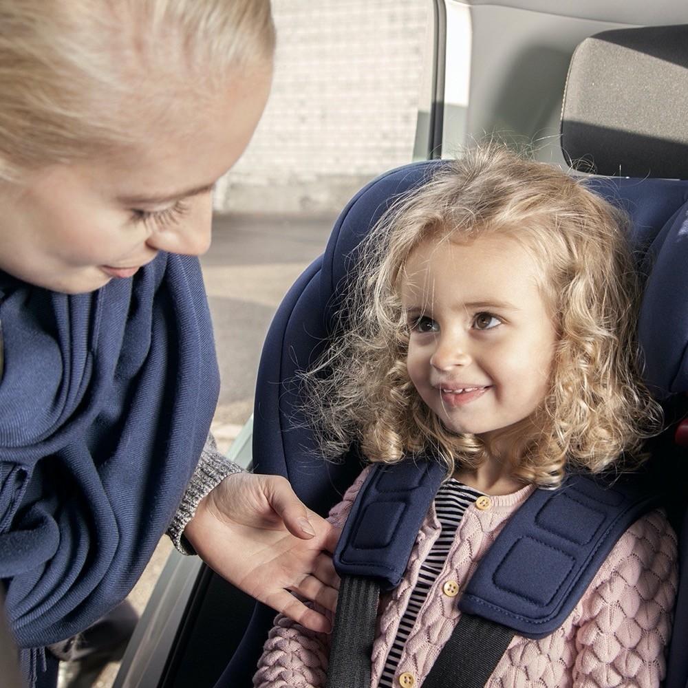 Prüfender Blick: Wie hier bei Avova gezeigt sollten Eltern immer darauf achten, dass die Gurte des Sitzes straff sitzen, damit sie ihren Zweck bestens erfüllen.