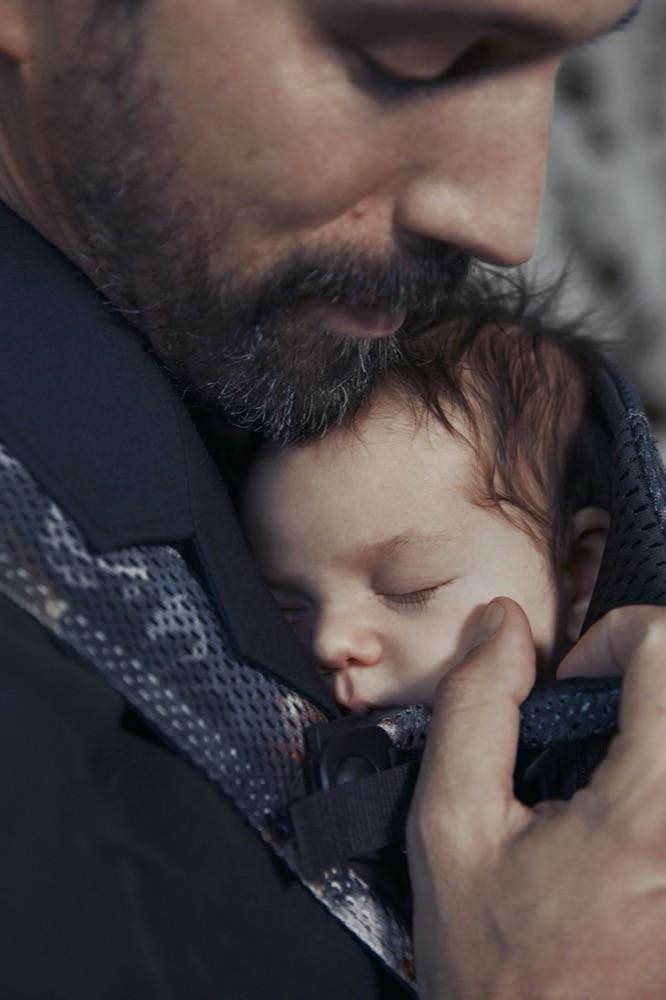 """In der Babytrage, wie hier dem """"Baby Carrier One Air"""" von Babybjörn, sind die Babys ganz nah an der elterlichen Brust."""