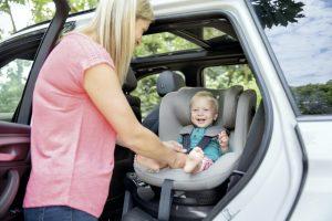 """Weniger fehler durch leichteren Zugang: Drehbare Autositze wie der """"i-Spin 360"""" von Joie helfen beim Einsetzen und Anschnallen der Kinder."""