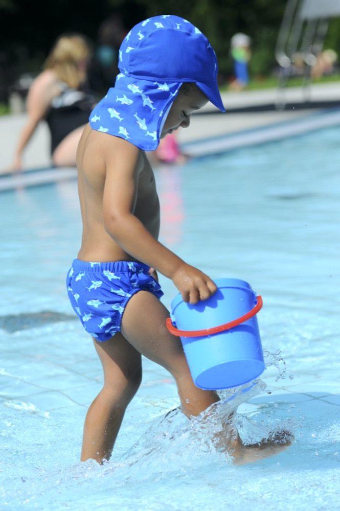 Der kleine Hai auf der Badewindel von Playshoes zieht sich durch die Kollektion und schmückt auch Bademode, Sonnenhut und Frotteeartikel.