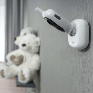 Bestens im Bilde: Dank Wandhalterung und neigbarer Kamera passt sich das Babypone den Begebenheiten im Kinderzimmer an.