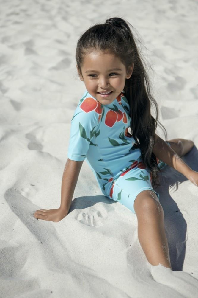 Die Bademode von Reima überzeugt mit langen Ärmeln und Hosenbeinen für mehr Sonnenschutz.