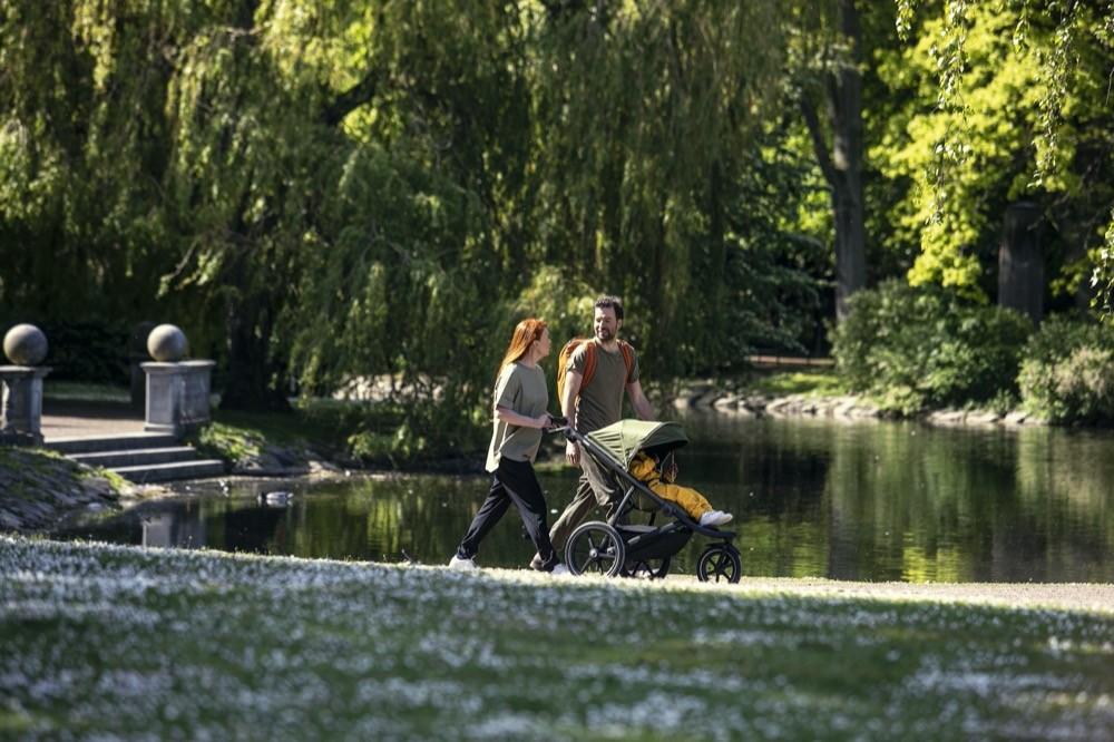 """Thule gleitet mit neuen Farben in den Herbst: der schedische Premiumhersteller erweitert die Farbpalette des Thule """"Urban Glide 2"""" um die Farben Cypress Green und Majolica Blue."""